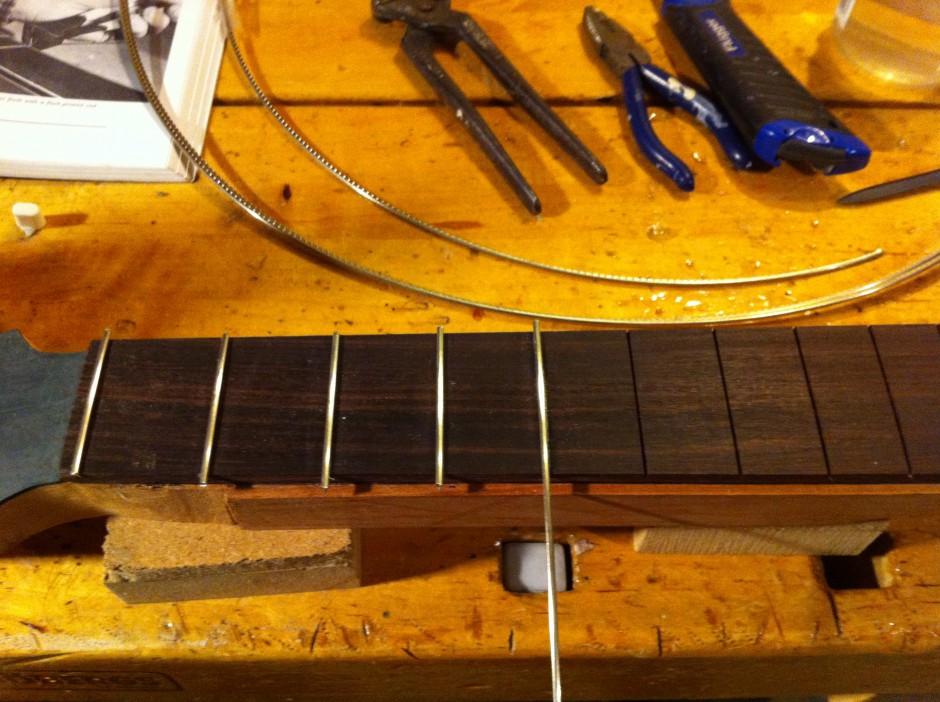 Gitarrbygge: Sätta i band